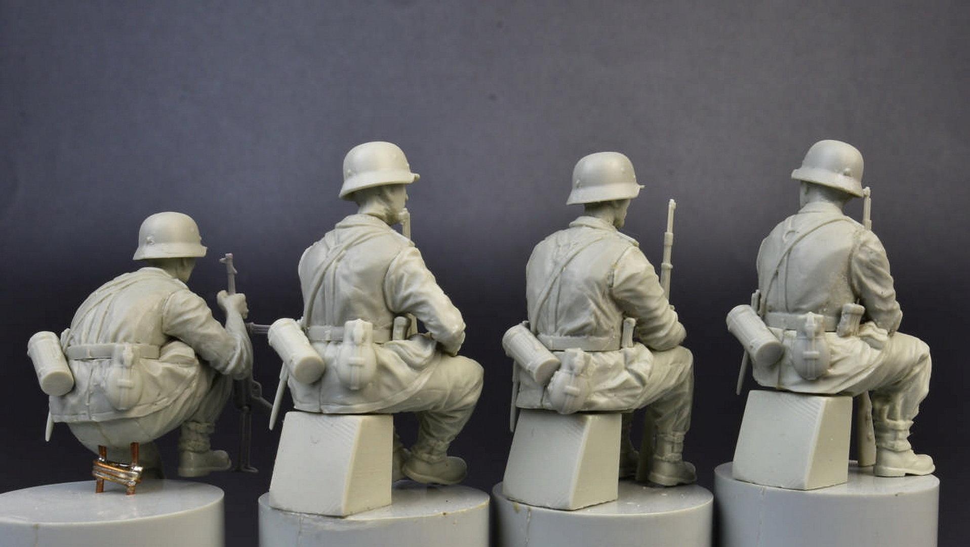 German Infantry, sitting, Plastic Model Kit 1/35